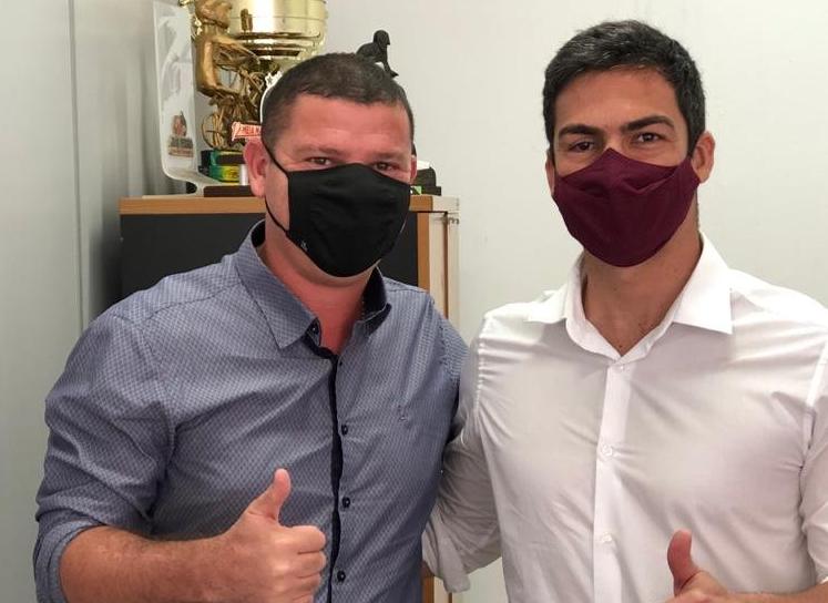 Secretário Dinho busca fortalecimento do esporte em encontro com ex-nadador e também secretário de Esportes, Kaio Márcio
