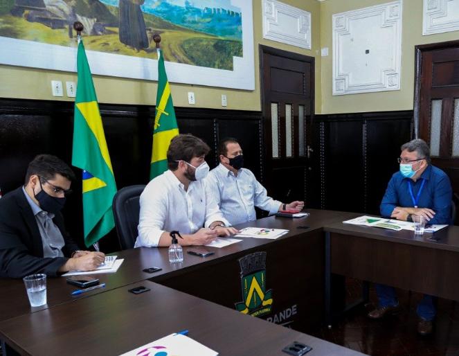 Prefeito de Campina Grande reúne-se com superintendente do Incra para discutir adesão ao Programa Titula Brasil.