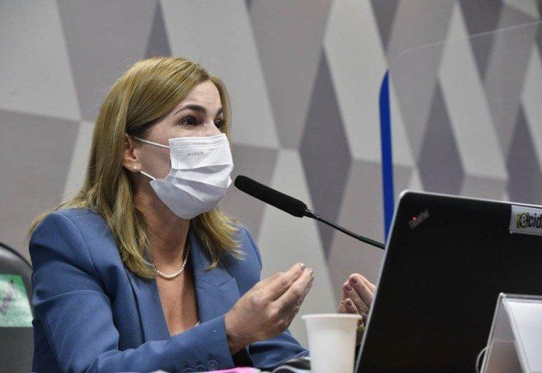 Doutora ofendida por senadores recebe a solidariedade de mil cento e trinta e seis médicos.