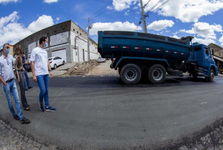 Prefeitura mantém ritmo de obras de pavimentação no bairro da Ramadinha, em Campina Grande.