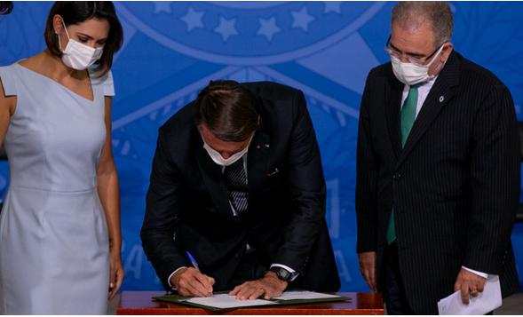 """Bolsonaro sanciona lei que amplia triagem de doenças diagnosticadas no """"teste do pezinho""""."""