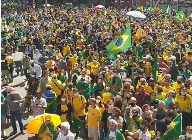 Verde e amarelo toma contas ruas no Dia do Trabalhador e Bolsonaro é ovacionado por milhões de brasileiros.