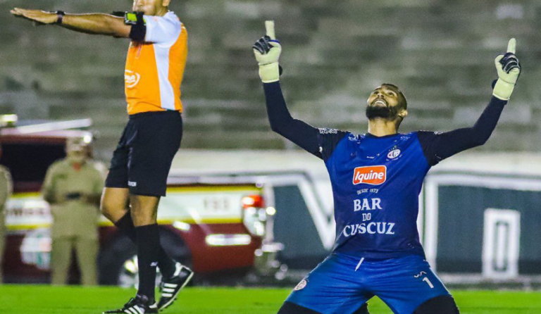 Goleiro Mauro brilha nos pênaltis e põe Campinense na final do Paraibano