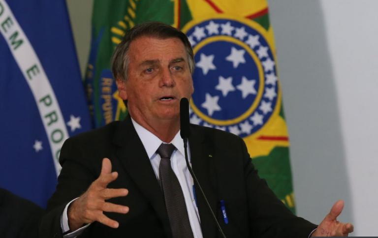 Bolsonaro revela que irá pedir ao Senado instauração de processo contra Alexandre de Morais e Roberto Barroso.